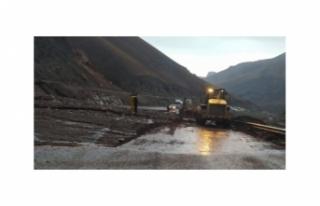 Van-Başkale yolundaki sel ulaşımı olumsuz etkiledi