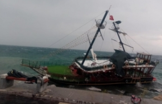 Van Gölü'nde tekne karaya oturdu