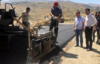 Başkan Şeylan asfaltlama çalışmalarını yerinde...