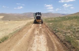 Çaldıran'da selden bozulan tarımsal arazi yolları...