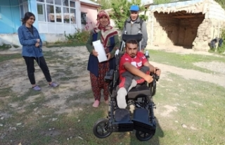 Engelli genç, akülü sandalyesine kavuştu