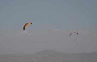 Erciş'te yamaç paraşütü ilgi odağı oldu