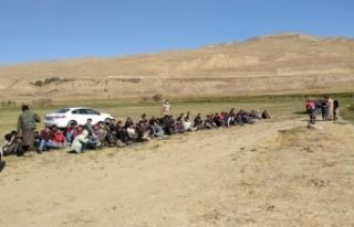 Gürpınar'da 71 kaçak göçmen ile 2 organizatör...