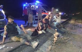 Kaçak mülteci taşıyan minibüs devrildi: 1 ölü,...