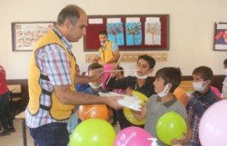 Köy okulunda okuyan çocuklar için kolları sıvadılar