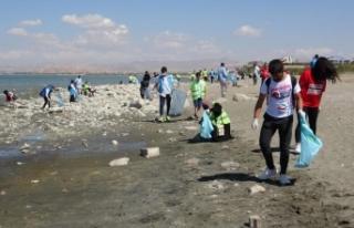 Van Gölü kıyısında çöp temizliği…