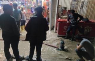 Van'da sağanak sele neden oldu, ev ve dükkanlar...