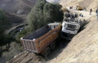 Başkale'de yolu sulayan tanker devrildi: 2 yaralı