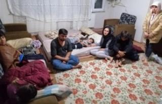 Düzensiz göçmenleri zorla tutan 3 kişi tutuklandı