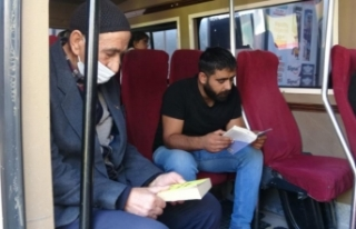 Minibüs şoförü kitap sevgisini yolcularına aşılıyor
