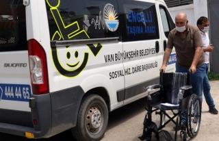 Büyükşehir'den engelli gence tekerlekli sandalye...