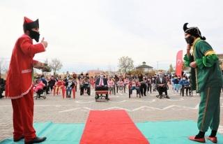 Tuşba'daki çocuklar belediyenin etkinliğiyle sevindi