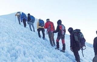 Van Gölü için Ağrı Dağı'na tırmandılar