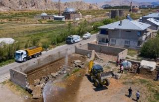 İpekyolu Belediyesi ahır yıkımlarını sürdürüyor...