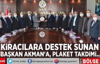 Kiracılara destek sunan Başkan Akman'a, plaket...