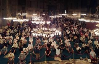 Ayasofya Camii dolup taşıyor