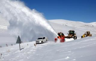 Dondurucu soğukta karla mücadele çalışması...