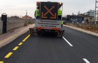 Erciş'te asfaltı tamamlanan yollarda çizgi çalışması...