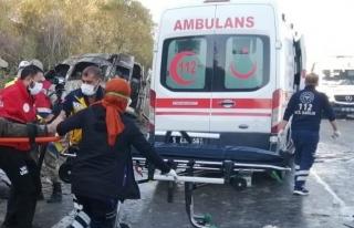 Van'daki kazada yaralanan göçmenlerin tedavisi sürüyor...