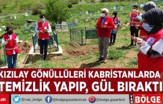 Kızılay gönüllüleri Kabristanlarda temizlik yapıp,...