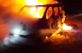 Özalp'ta seyir halindeki minibüs alev aldı