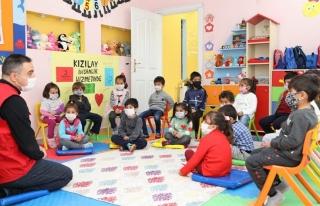 Başkale'deki minik çocuklar, İzmir'deki depremzedeleri...