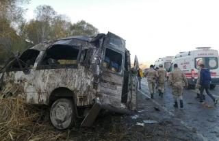 Göçmenleri taşıyan minibüs kaza yaptı: 2 ölü,...