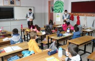 Edremit'te öğrenci ve öğretmenlere dezenfektan...