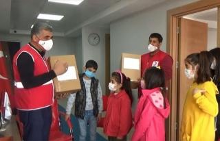 Erciş'teki çocuklar, İzmir'deki kardeşlerine oyuncak...