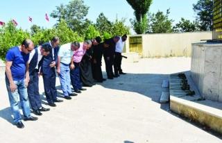 Zeve Şehitliği'ni ziyaret eden Azerbaycanlı papazlardan...