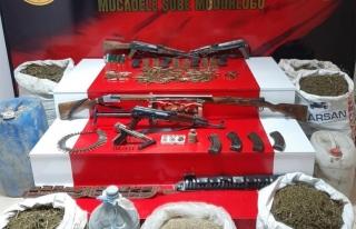 Gürpınar'da silah, mühimmat ve uyuşturucu ele...