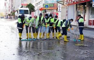 İpekyolu Belediyesi boş sokaklarda temizlik yaptı