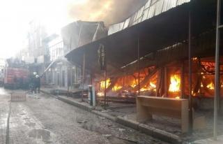 Özalp'ta halk pazarında yangın...
