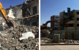 İpekyolu'nda ağır hasarlı yapıların yıkımı...