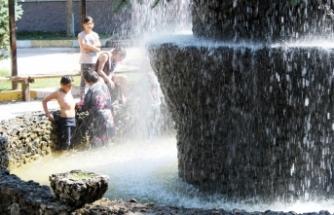 Van'da sıcaktan bunalan çocuklar parklarda serinliyor
