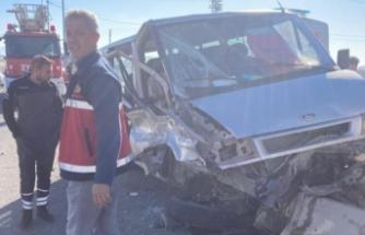 Çaldıran'da kamyonetle minibüs çarpıştı: 4 yaralı