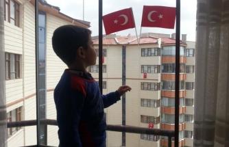 Beş yaşındaki Ferdi, İstiklal Marşı'nın 10 kıtasını ezbere okudu