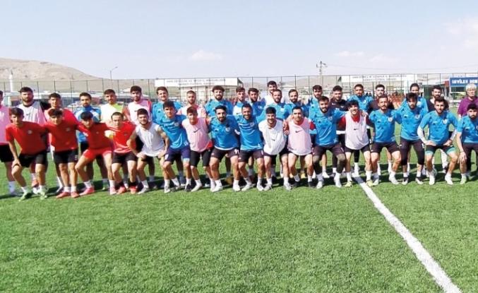 Vanspor alt yapı takımı ve Yolspor arasında dostluk maçı...