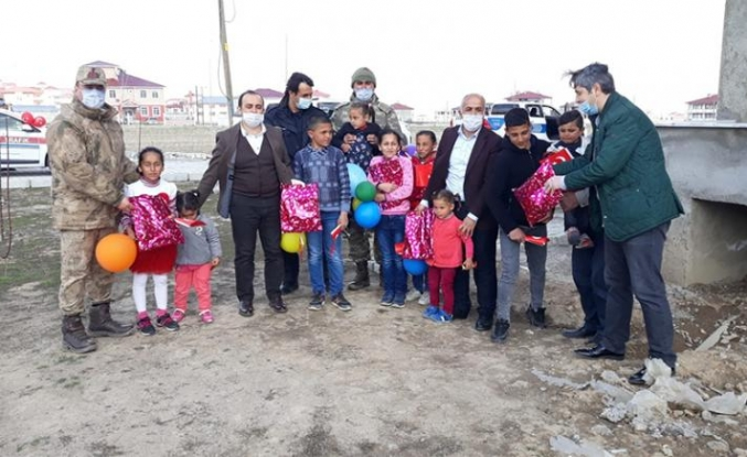Kaymakam ve belediye başkanı sokak sokak dolaşarak çocukların bayramını kutladı