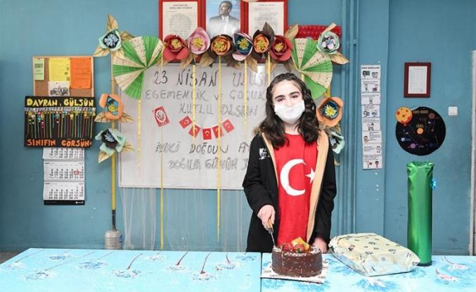 Çatak'ta 23 Nisan'da doğan öğrenciye doğum günü sürprizi